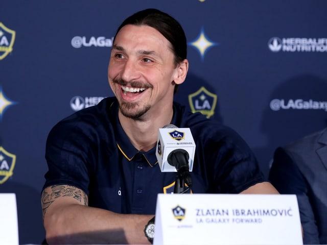 Zlatan Ibrahimovic bei einer Medienkonferenz.