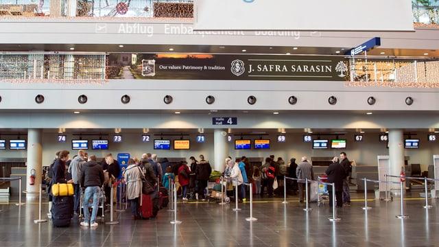 Menschen am Check-in im Flughafen.