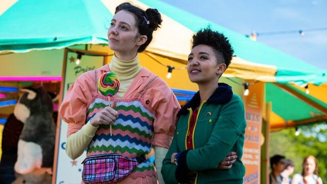 Zwei Jugendliche auf einem Markt.