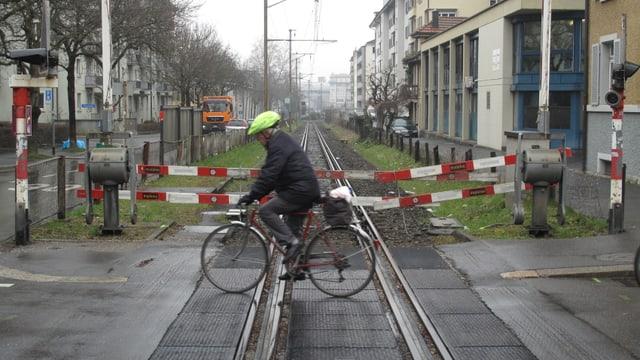Das unbenutzte Bahntrassee in der Stadt Luzern mit der Absperrung.