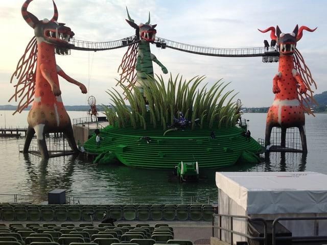 Die Seebühne in Bregenz im Bodensee: Drei grosse Hundedrachen umgeben die kleine Bühne im Wasser