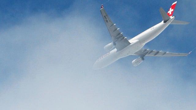 Flugzeug der Airline Swiss von unten fotografiert fliegt in eine Wolke