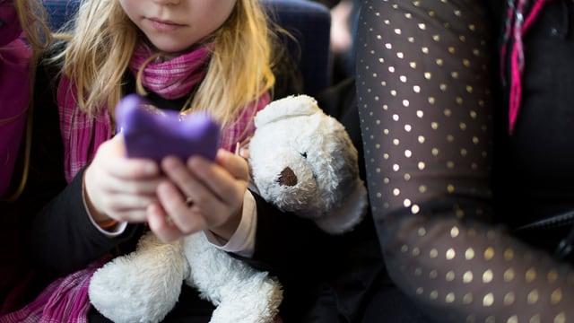 Mädchen spielt mit i-Phone
