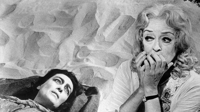 Zwei alte Frauen schauen entsetzt.