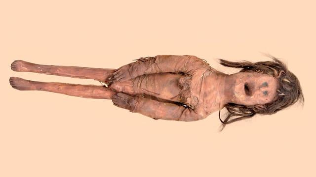 Eine alte Puppe aus  Holz, Tuch und Haar.