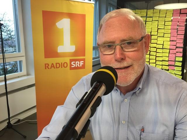 Mann mit Brille im Studio von Radio SRF 1.
