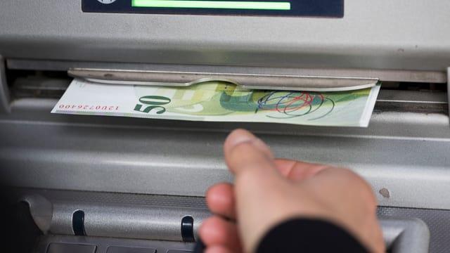 vista sin in automat da daners, i vegn ora ina nota da 50 fr.