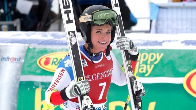 Lara Gut tegna en maun in ski da mintga vart.