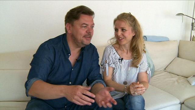 Padi und Bea Bernhard zusammen auf dem Sofa.