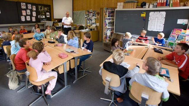 Schulzimmer mit Grundstufenschülern.
