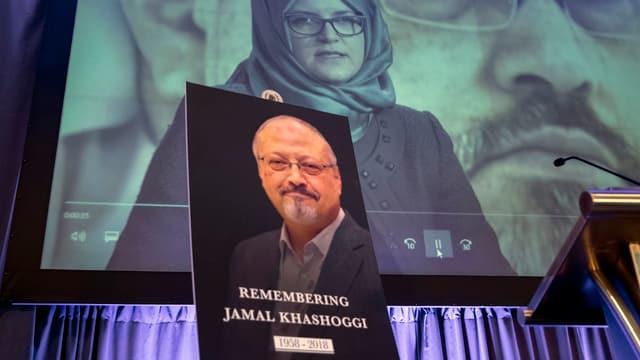 in placat cun ina fotografia en memoria dal schurnalist sparì