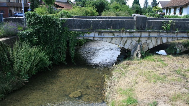 Die Surb fliesst in Endingen unter einer Brücke durch