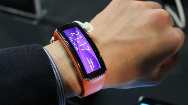 Handgelenk mit FitGear, einem Wearable Device mit gebogenem Display.