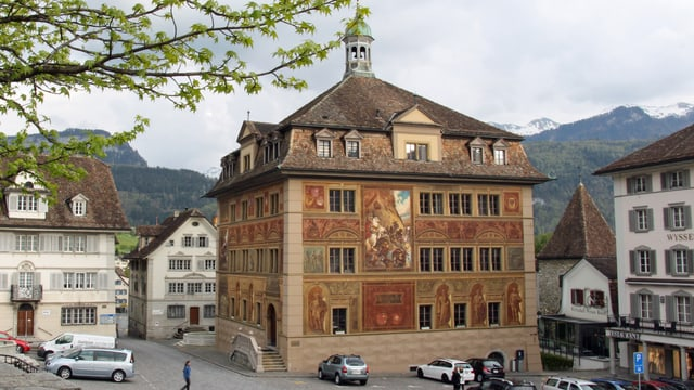 Das Rathaus in Schwyz von aussen.