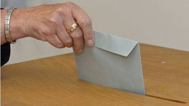 Frau wirft Abstimmungsbrief in Urne