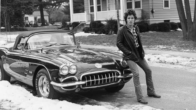 Ein Foto von  Bruce Springsteen mit seiner Corvette.