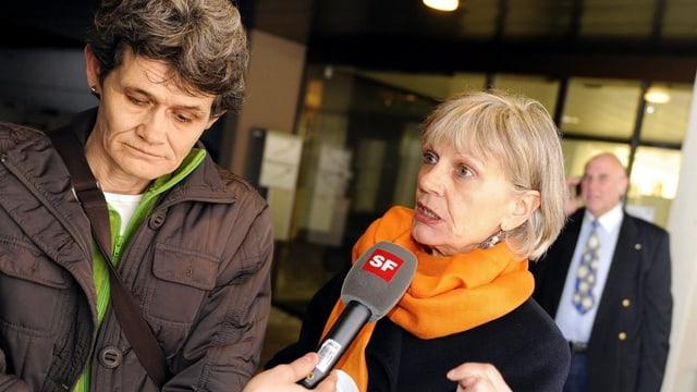 Bekanntester Schweizer Whistleblow-Fall: Esther Wyler und Margrit Zopfi nach dem Schuldspruch vor dem Zürcher Gericht.