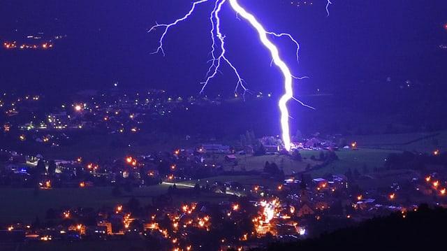 Blitzeinschlag im nächtlichen Kaltbrunn