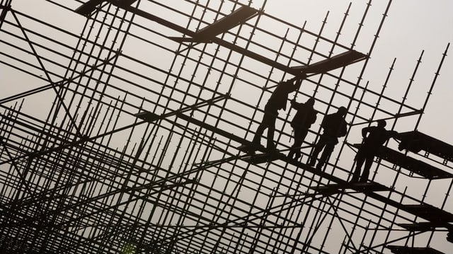 Bauarbeiter auf einem Baugerüst