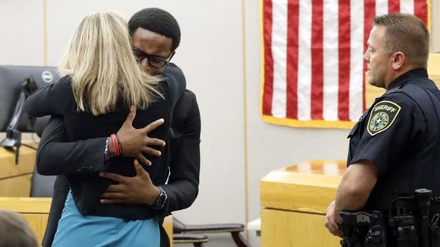 Bruder des Opfers umarmt im Gerichtssaal die Angeklagte.