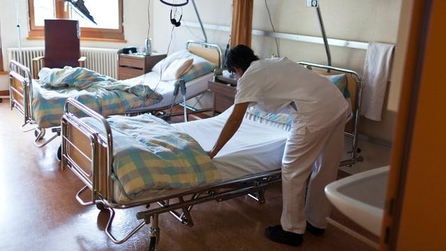 Spitalangestellte richtet Bett