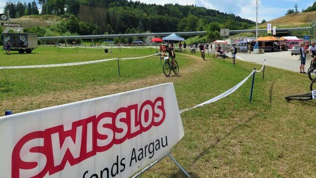 Plakat Swisslos Sportfonds Aargau an der Rennstrecke