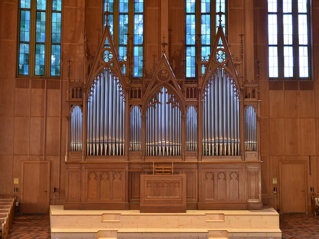 Eine Orgel aus hellem Holz.