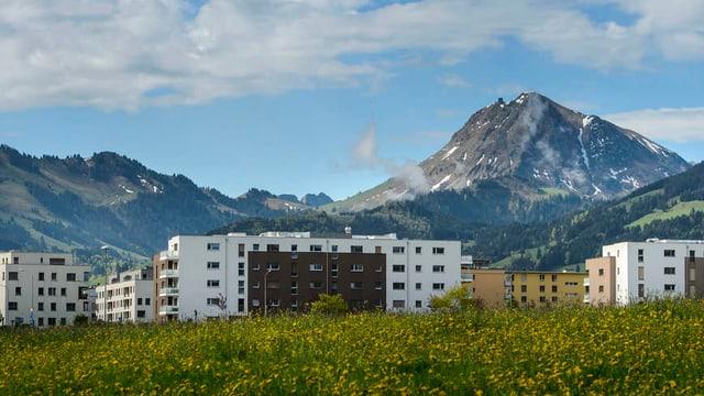 Hochhäuser, im Hintergrund Bergkulisse