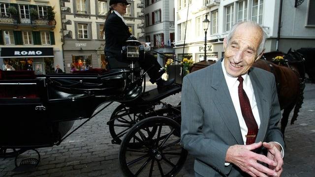 Alfred Waldis vor einer Kutsche in Luzern, wo er 2005 zum Ehrenbürger ausgezeichnet wurde.