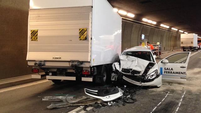 Lieferwagen und ein kaputtes Auto