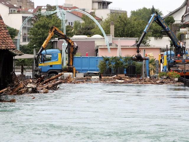 In Thun kämpften die Wehrdienste im August 2005 gegen gewaltige Mengen Schwemmholz.