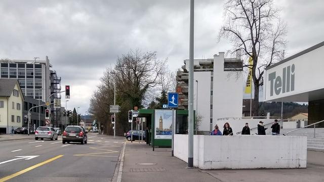 Eine Gebäude neben der Strasse mit der Aufschrift Telli