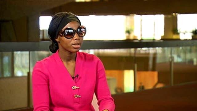 Die 18jährige Nigerianerin Saa im Interview. Die junge Frau, die von Boko Haram gekidnappt worden ist, trägt eine Sonnenbrille, um nicht erkannt zu werden.