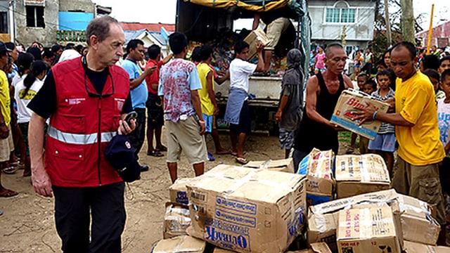 Mitarbeiter des SKH begleiten die Übergabe von Lebensmittelpaketen an die lokalen Behörden auf der Insel Cebu.