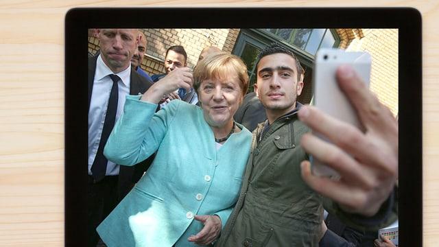 Merkel und der Flüchtling Ana Modamani machen ein Selfie.