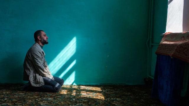 Ein Krimtartare betet in seiner Wohnung