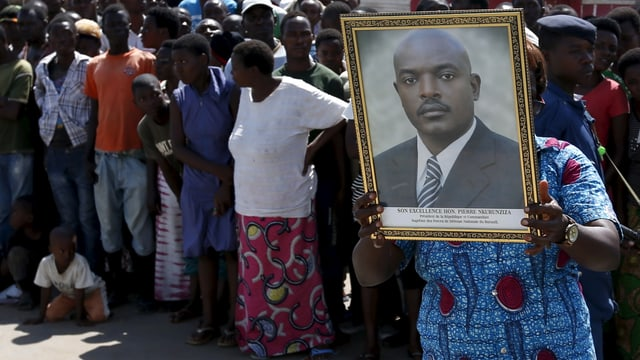 Persunas che mussan in purtret dal president dal Burundi