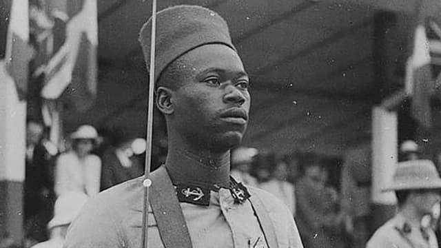 Alte Schwarz-Weiss-Aufnahme: Ein afrikanischer Soldat.