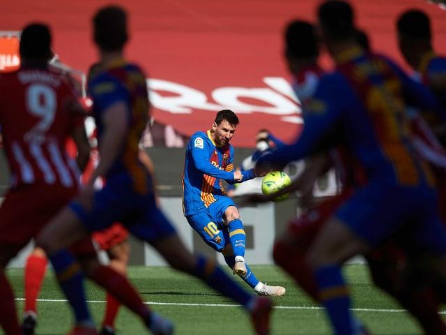 Lionel Messi bei einem Freistoss.