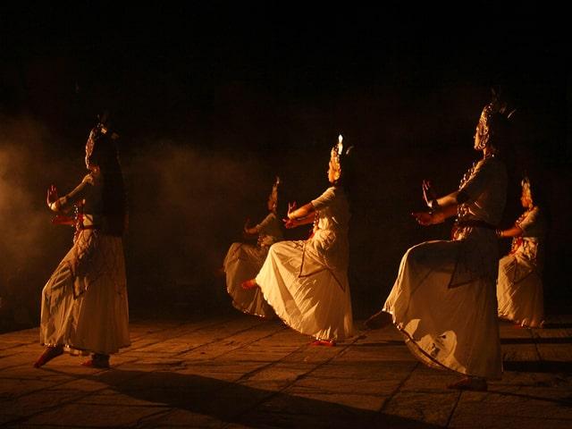 Traditionelle Tänzerinnen in der Nacht