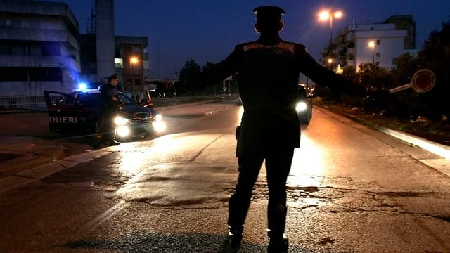 Polizei in Napoli hält Wagen an