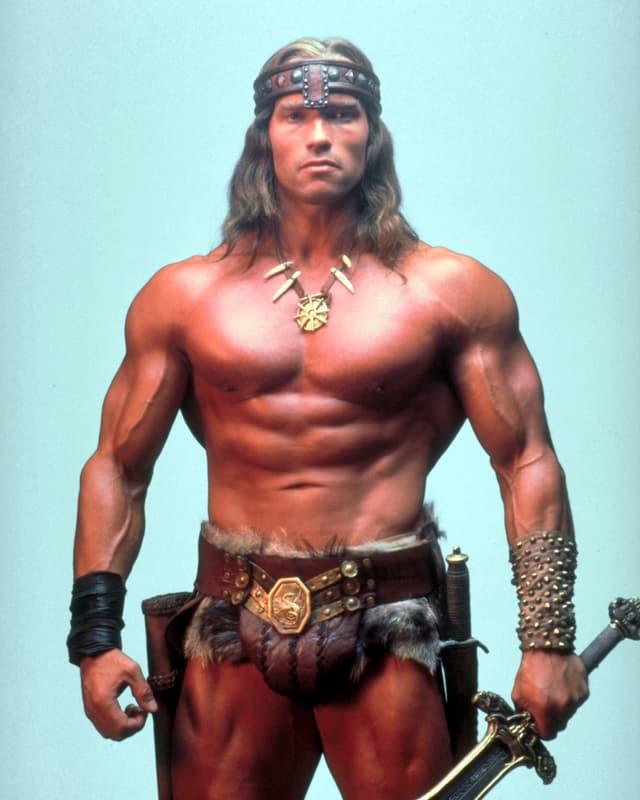 Ein sehr muskulöser Mann mit wenig an.