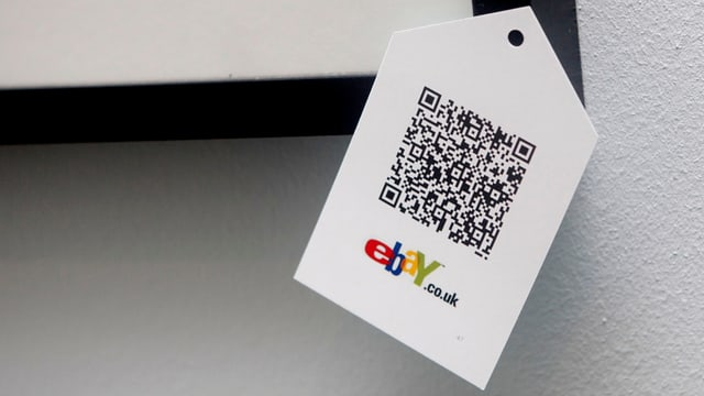 Ein Zettel mit einem QR-Code und dem Ebay-Logo darauf.