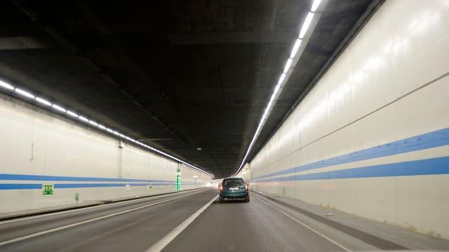 Der beleuchtete Milchbucktunnel mit 3 Fahrspuren, rechts fährt ein Auto