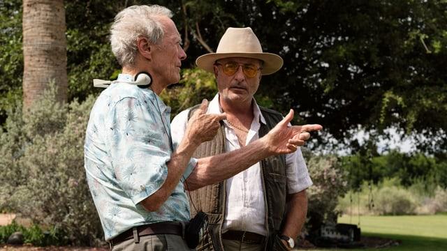 Clint Eastwood gibt Schauspieler Andy Garcia Anweisungen.
