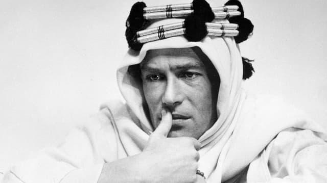 Schwarzweiss Foto von Peter O'Toole in seiner Rolle als «Lawrence of Arabia».