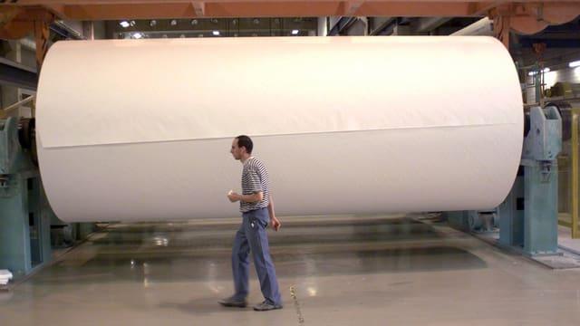 Grosse Rolle Papier in einer Fabrik.