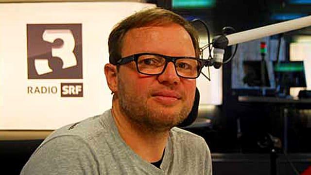 Portrait von Kurt Pelda im SRF Radio Studio.