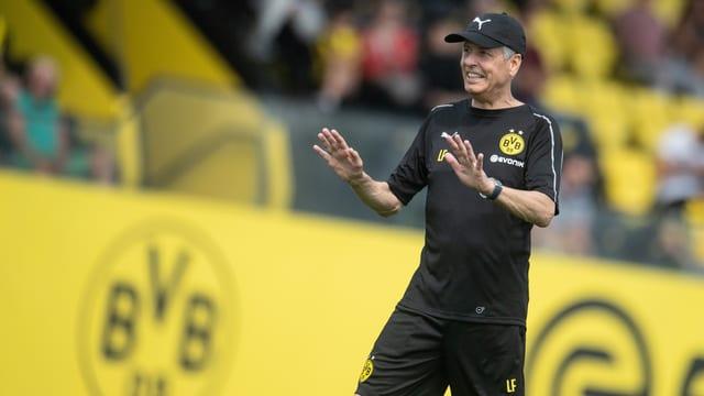 Purtret da Lucien Favre davant il logo dal BVB.