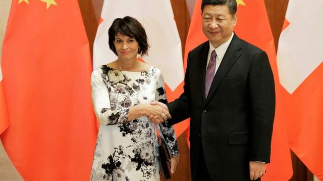 Alt-Bundespräsidentin Doris Leuthard 2017 beim Staatsbesuch des chinesischen Präsidenten in einem Kleid von Akris.
